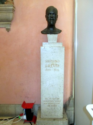 The very-difficult-to-find Sigmund Freud bust at the University of Vienna